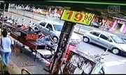 Piloto fica ferido após bater em carro de luxo parado em rua de Goiânia
