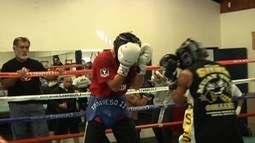 Edelson Santos Silva afia seu boxe na tradicional academia Maywood Boxing Club
