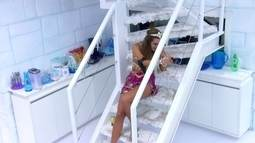 Angela escorrega, cai nas escadas e bate papo com Marcelo