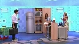 De dieta, Angela contrata modelo para ficar em frente à geladeira