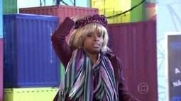 De boina, calça saruel e pochete, mulher é confundida com Xuxa
