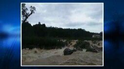 Três jovens são resgatados após ficarem ilhados no Rio Itajaí-Açu