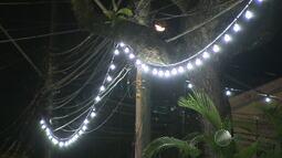 Iluminação montada para o carnaval ainda permanece acessa nas ruas de Salvador