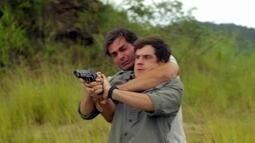 Caíque tenta salvar Laura e atira em Marcos