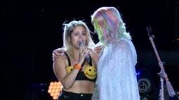 Fã de Katy Perry se emociona ao subir no palco e abraçar a cantora
