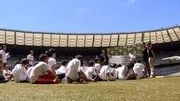 Crianças e adolescentes do Espaço Criança Esperança de BH fazem visita ao Mineirão