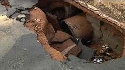 Erosão causa interdição em trecho da Avenida Bernardo Sayão, em Goiânia