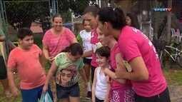 Ao lado da parceira Bárbara Seixas, Ághata visita projeto social que mantém em Paranaguá