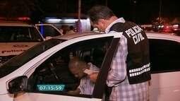 Operação da Polícia Civil vistoria motoristas de táxi e do Uber em vários pontos da cidade