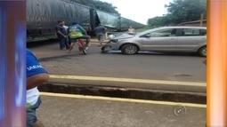 Carro tenta atravessar linha férrea e é atingido por trem em Coroados, SP