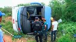 Ônibus tomba na CE-371 em Campos Sales, no Ceará