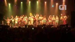 Com várias 'spice girls', New Kids on The Bloco canta Wannabe