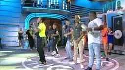 Caio Ribeiro faz 'Dança da Vassoura' após descobrir música do Molejo