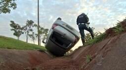 Carro capota e cai em valeta com as rodas para cima em Campo Grande