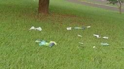 Lugar de encontro aos domingos, avenida Afonso Pena fica cheia de lixo em Campo Grande