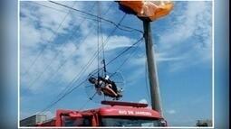 Homem fica preso a fios de energia elétrica enquanto voava em paramotor