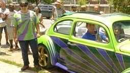 Carro reformado pelo Lata Velha é símbolo de bloco em Nova Friburgo, no RJ