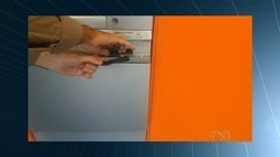PM retira 'chupa-cabra' de caixa eletrônico' em Goiânia
