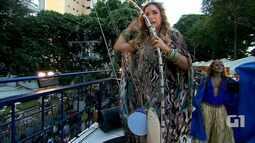 Daniela Mercury exibe berimbau estilizado no Campo Grande