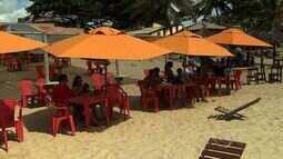 Sergipanos e turistas aproveitam o carnaval na praia