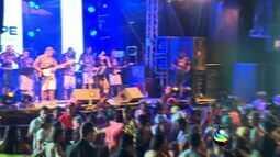 Foliões se despendem do carnaval se divertindo no Bloco Rasgadinho