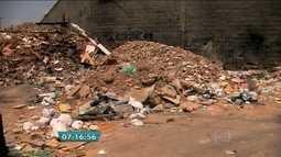 Descarte de lixo causa risco de proliferação do mosquito da dengue no ABC Paulista