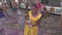 Crianças aproveitam o carnaval nas tendas de Santos