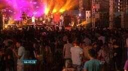 Público aproveita show sertanejo em evento no Porto das Dunas nesta terça-feira (9)