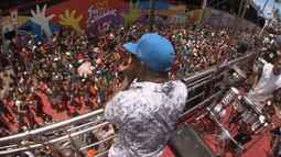 Multidão de foliões acompanham arrastão com artistas em Salvador