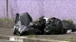 Moradores desconhecem horário de coleta de lixo estabelecido por lei na capital