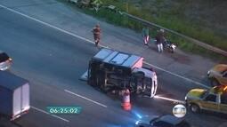 Caminhão tomba na Marginal Pinheiros e fecha duas faixas da pista expressa