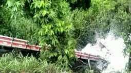 Caminhoneiro morre após carga tombar e cair sobre cabine, no ES