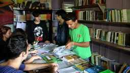 Grupo de voluntários criou espaço pra empréstimo de livros...