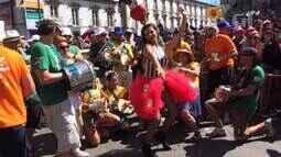 Ritmistas do Monobloco vão ao chão com Emanuelle Araújo