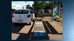 Motoristas são flagrados estacionados irregularmente, em Goiânia