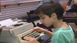Máquinas de escrever sobrevivem à tecnologia e mantêm admiradores em Ituiutaba