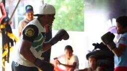 Massaranduba fala sobre MMA e brinca com crianças