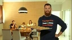 Robert Day, do Bauru, cozinha com a esposa e vende cookies de sucesso nos treinos do time