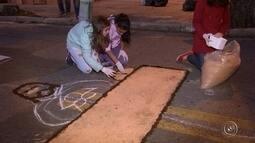 Fiéis ajudam a preparar tapetes tradicionais de Corpus Christi