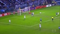 Grêmio vence Coritiba e lidera Campeonato Brasileiro