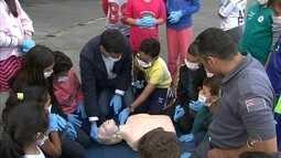 Crianças participam de curso no Corpo de Bombeiros em Itapetininga