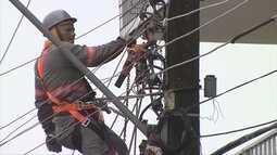 Fio de alta tensão cai em viatura em resgate de homem preso em máquina