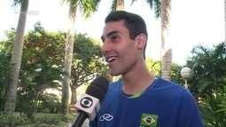 Caçula da seleção brasileira de vôlei, Douglas Souza é elogiado por Bernardinho