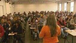 Centenas fazem fila em busca por emprego em Ribeirão Preto, SP