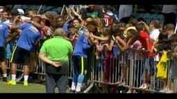 Torcida animada acompanha treinamento da Seleção Brasileira de Futebol na Granja