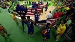 Jogadores estendem e se enrolam em bandeiras americanas no fim de partida