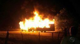 Carro e ônibus pegam fogo e uma pessoa morre carbonizada