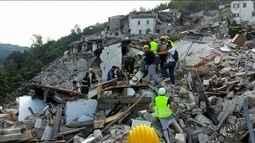 Brasileiro ajuda a retirar vítimas de terremoto na Itália de escombros