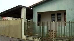 Mãe de criança abandonada em casa se apresenta à polícia e é indiciada