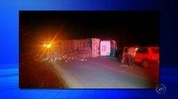 Caminhão bitrem carregado com madeira tomba em vicinal de Buri